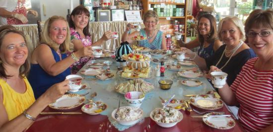 "Wilton Manors, Φλόριντα: the ""girls"" gather for High Tea!"