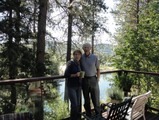 All Seasons River Inn : Having coffee on the deck overlooking the river