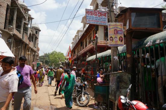 Dausa, India: 建物の外、参道?の様子