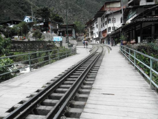 Andina Luxury: Las vias del tren frente al hotel