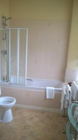 Invernairne Hotel: Private bathroom