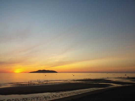 Nghe An Province, Vietnam: หาด Cua lo ตอนพระอาทิตย์ขึ้น