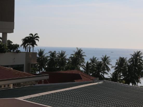 Angella Hotel: Vue sur la mer... entre les toits.