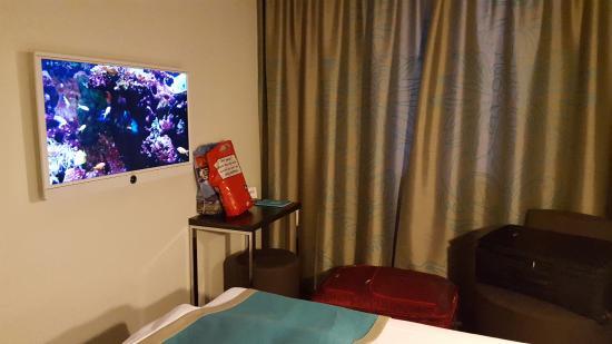 Motel One Hamburg Airport: Nice modern tv set-up. No English movies, tho.