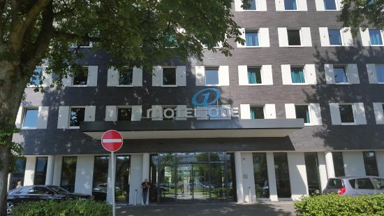 Motel One Hamburg Airport: View of the entrance.