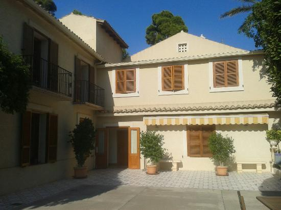 Hotel Torre Sant Joan: Beautifully kept building and grounds...