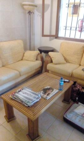 Don Carlos Paguera: Couch Ecke neben der Rezeption