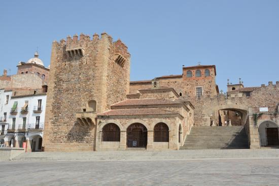 Вид башни и площади - Picture of Torre de Bujaco, Caceres - TripAdvisor