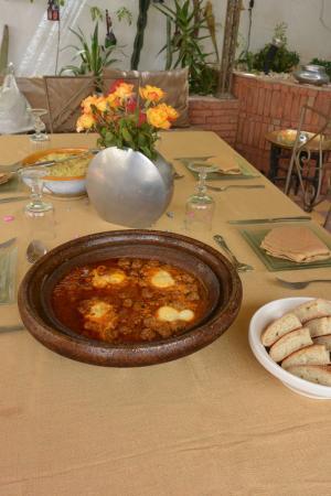 Riad Dar Khmissa: Déjeuner au sur le toit terrasse, Taboulé et Kefta aux oeufs, un régal et le tout fait maison, é