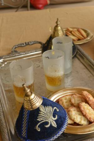 Riad Dar Khmissa: thé à la menthe et gateaux...