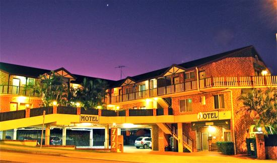 Airport Clayfield Motel : Motel frontage at dusk