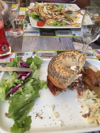 Chiche, France: Burger chèvre et salade excellent copieux fait maison. Un délice