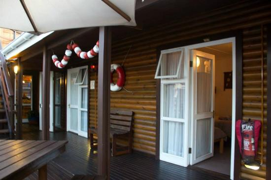 Bay Cove Inn Bed and Breakfast : Entrance in front of cabins