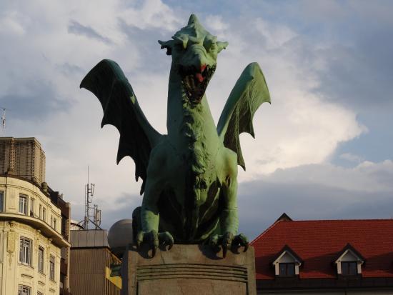 Dragebroa: Un dragon... sur un pont !