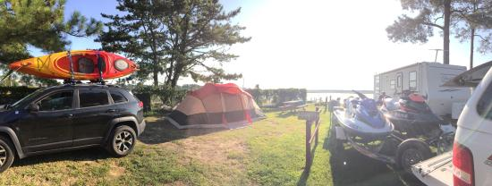 Tom's Cove Park: Our spot was on the bay, we were able to drop out kayaks right in the water from our campsite an
