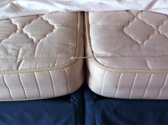 Hotel Su Giudeu: Questo è il letto matrimoniale della camera 21.....a voi i commenti