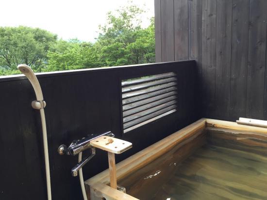 Okyuan : 部屋の露天風呂、大人二人並んで足を伸ばして余裕で入れます。