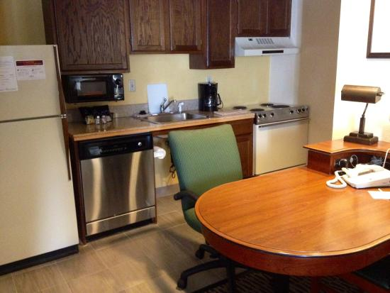 Hawthorn Suites By Wyndham Fishkill/Poughkeepsie Area: Queen Suite with full Kitchen