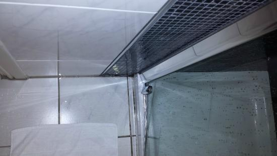 shower leak picture of radisson blu st helen 39 s hotel dublin dublin. Black Bedroom Furniture Sets. Home Design Ideas