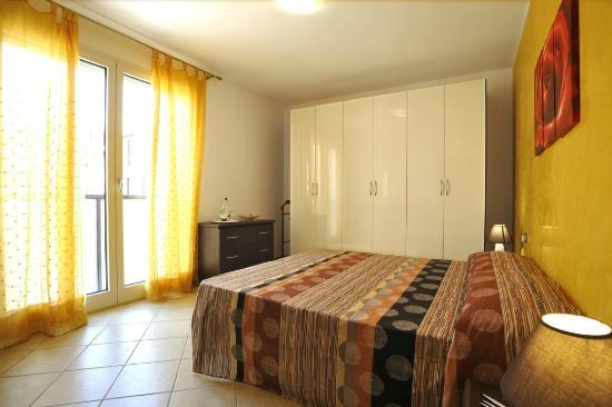 Camera Da Letto Giallo : Camera da letto tripla appartamento giallo picture of recidence