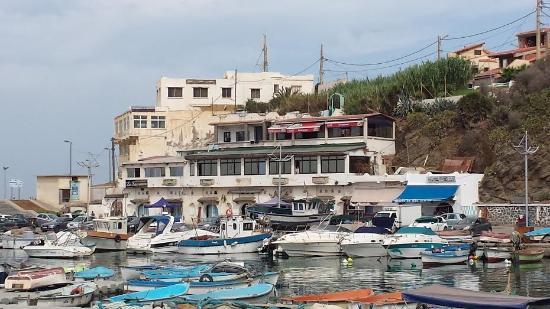 Restaurant Chez Sauveur : Restaurant vu à partir du port