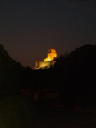 Appartamenti vacanze il Turrione: Rocca Maggiore vista dal posto auto