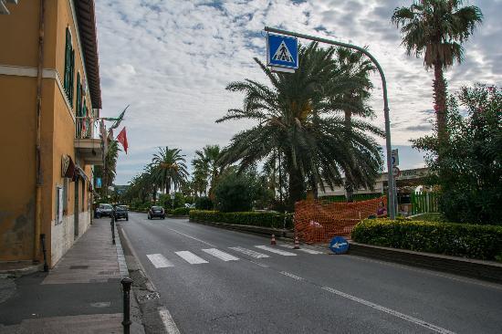 Cogoleto, Ιταλία: Hauptstraße am Strand