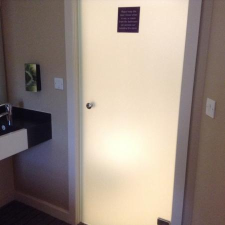 Premier Inn Stoke/Trentham Gardens Hotel: Frosted glass door on bathroom