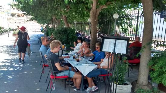 Veranda: mesas bajo los arboles