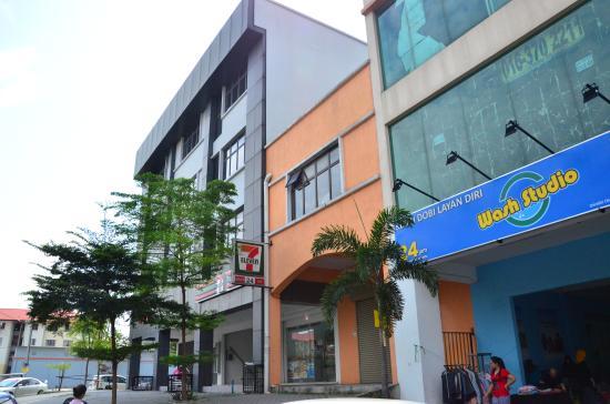 飯店旁邊就是7-11與自助洗衣店 (146336931)