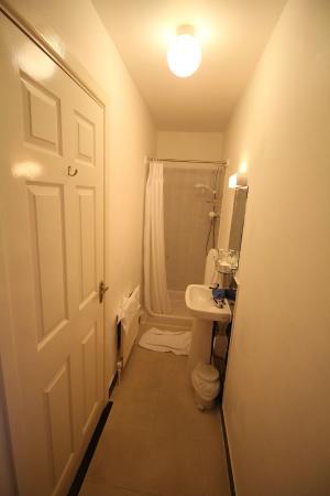 Ashfield House: Salle de bain : un couloir. Attention en se baissant au dessus du lavabo !