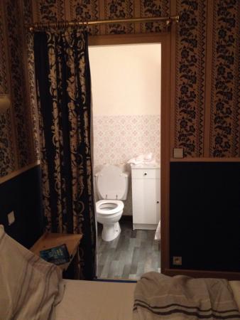 """Siorac-en-Périgord, Francia: Déco vieillotte et aucune intimité dans la """"salle de bain"""""""
