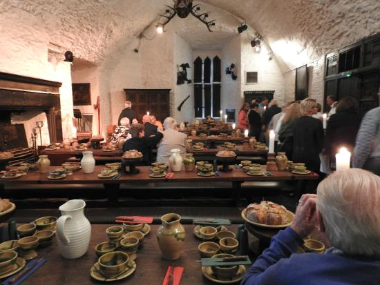 Dining Hall table setting - Picture of Bunratty Castle Medieval ...