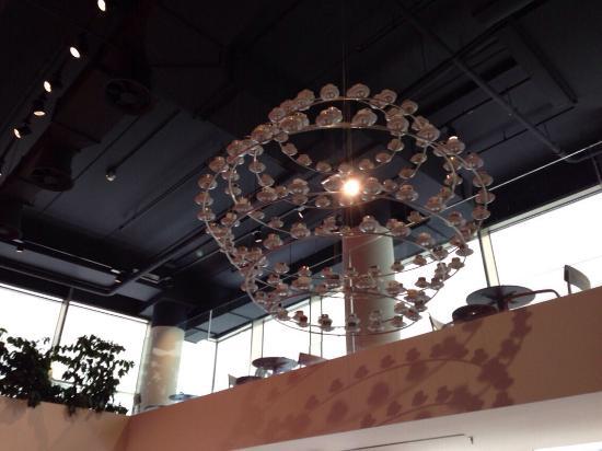 Lampadario Allaperto : I lampadari fatti con tazzine di caffè foto di illy caffe milano