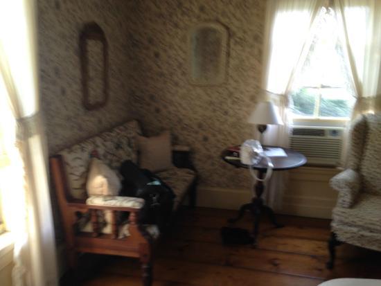The Garrison House Inn: Love seat in bedroom