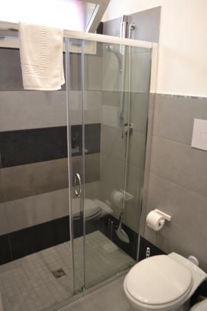 Monile B&B: Clean and modern bathroom