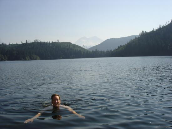 Mineral Lake Lodge: Idyllic Swimming in front of Mt Rainier