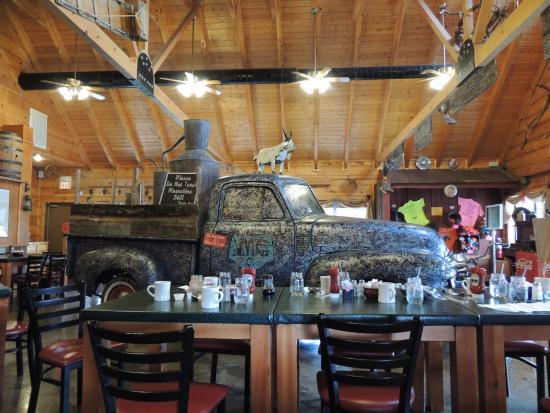 Hillbilly Restaurant: Pickup Truck