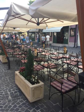 Szamos Museum Confectioner's - Szentendre : The empty terrasse where waitress kicks out customers.
