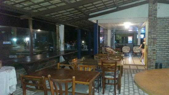 Hotel Plato: Área comum à noite