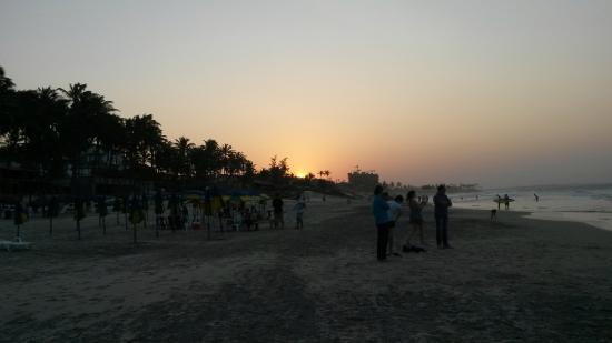 Hotel Plato: Pôr do Sol na praia em frente ao hotel