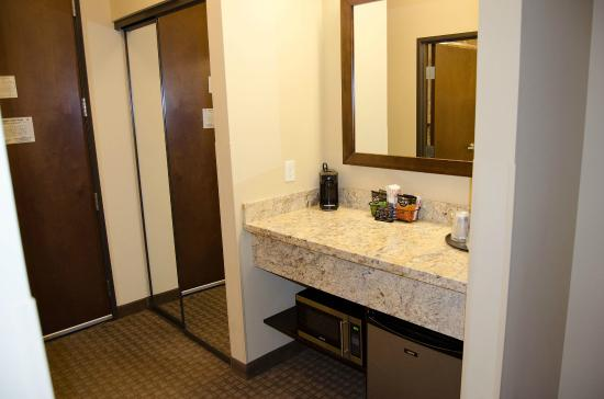 Best Western Plus Lacey Inn & Suites : All the amenties that are nice to have in a basic hotel room.