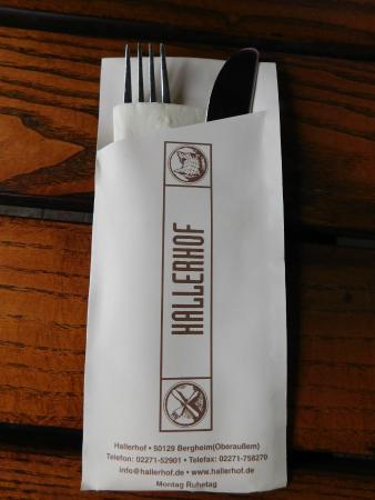 Restaurant Hallerhof: verpacktes Besteck mit Adresse