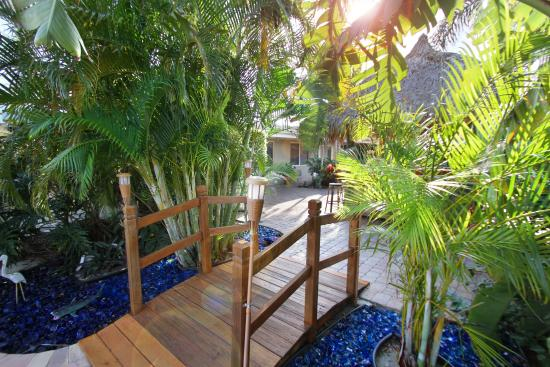 Casitas Coral Ridge: Sweet little bridge..