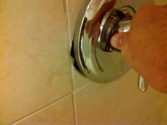 Homewood Suites by Hilton Laredo at Mall del Norte: Shower handle not affixed to wall
