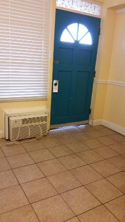 Bird of Paradise Motel: Gross shower rug, mold on shower ceiling, door not safe no dead bolt
