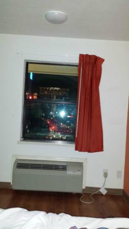 Motel 6 Texarkana: Dirty window.
