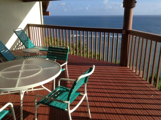 Wyndham Shearwater : Spacious deck and unobstructed view out to ocean.