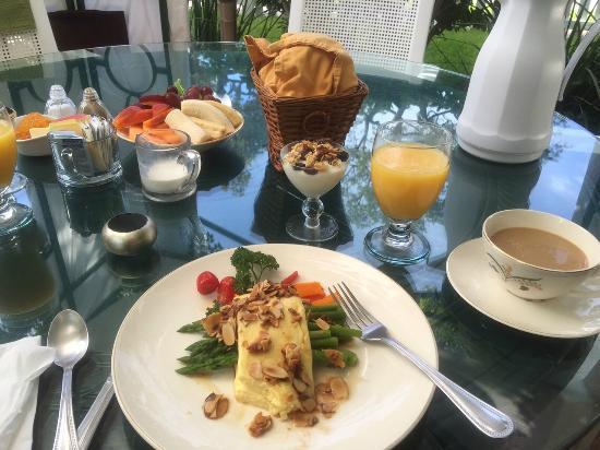 Meranova Guest Inn: Gourmet Breakfast