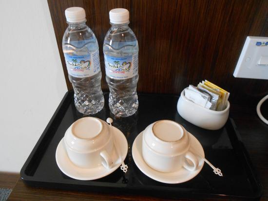 Seemsoon Hotel: มีน้ำให้ 2 ขวด ชา/กาแฟ มีตู้เย็น